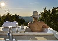 Les bains panorama surplombant la falaise du spa